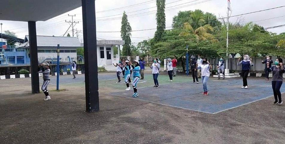 Kegiatan Senam pagi Direktur Perumda Air Minum Tirta Senentang Kabupaten Sintang beserta para Pegawai